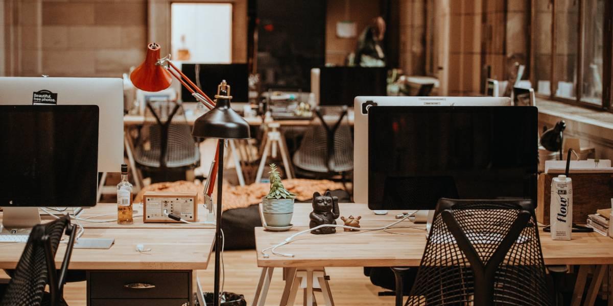 Symbolbild: Ein modernes Büro mit Bildschirmen auf Schreibtischen