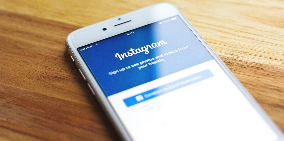 Symbolbild: Ein Smartphone mit dem Instagram Login Bildschirm