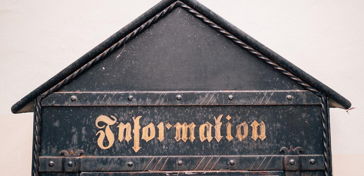 """Symbolbild: Eine Holzkonstruktion mit dem Aufdruck """"Information"""""""
