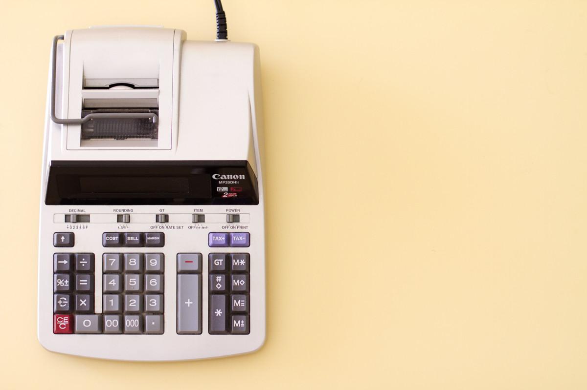 Symbolbild: Ein Canon Tischrechner auf einem beige Hintergrund