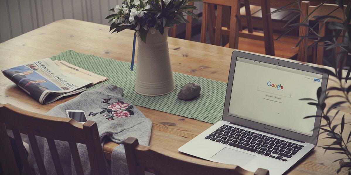 Symbolbild: Schreibtisch mit Laptop darauf